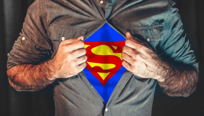 supererou imbracat in camasa si costum de erou