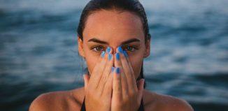 femeie manichiura unghii albastre