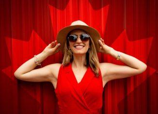 femeie care poarta ochelari de soare