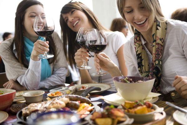 femei care beau vin