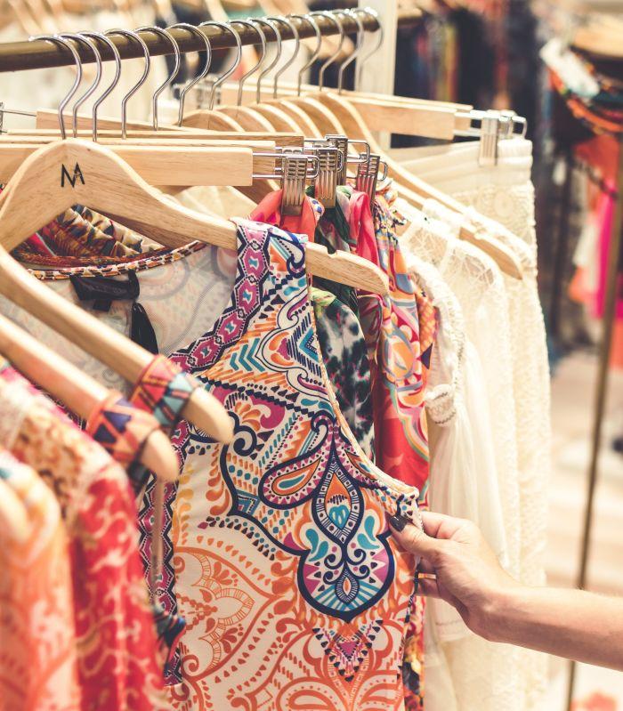 rochii de vara colorate aflate pe umeras