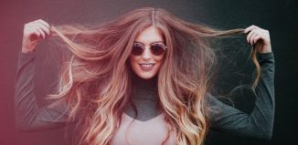 femeie cu parul lung si ochelari de soare