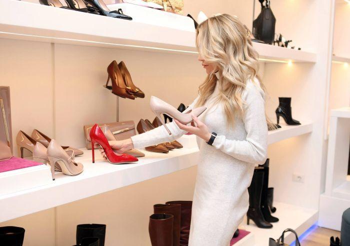 femeie intr-un magazin de pantofi