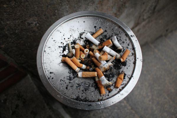 scrumiera cu mucuri de tigara