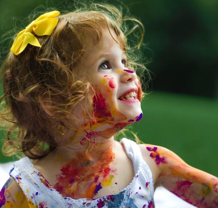 fetita afara la joaca pictata pe fata