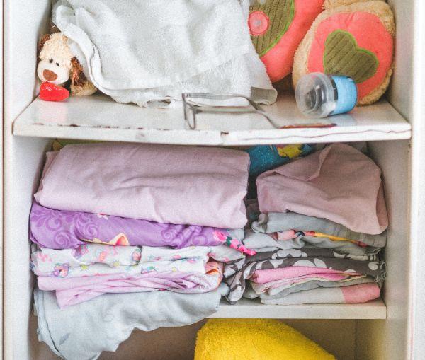 haine pe raftul unui dulap