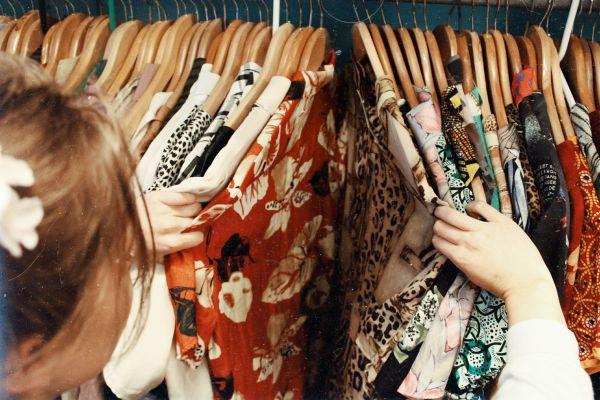 haine de vara pe umeras