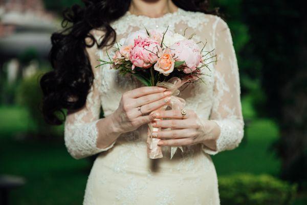 femeieimbracata in rochie de mireasa