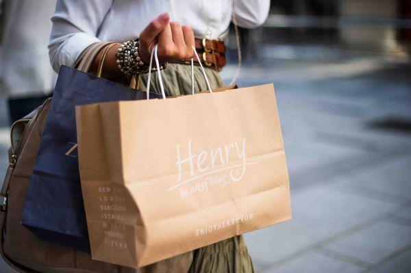femeie la shopping