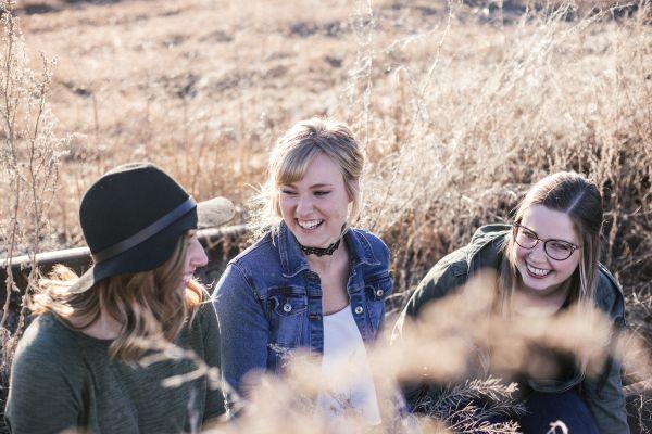 grup de femei tinere care rad
