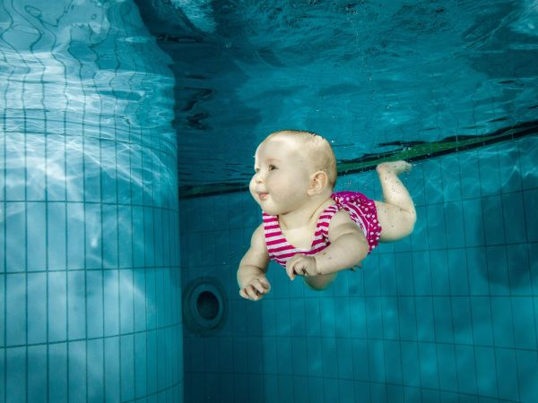 bebelus care inoata sub apa