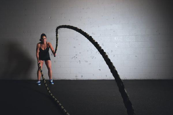 femeie la sala de fitness care se antreneaza