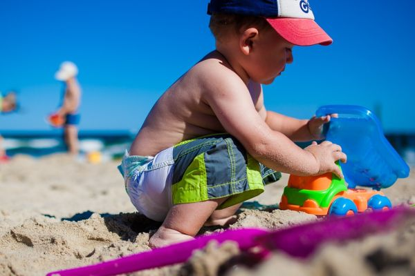 copil plaja jucarii