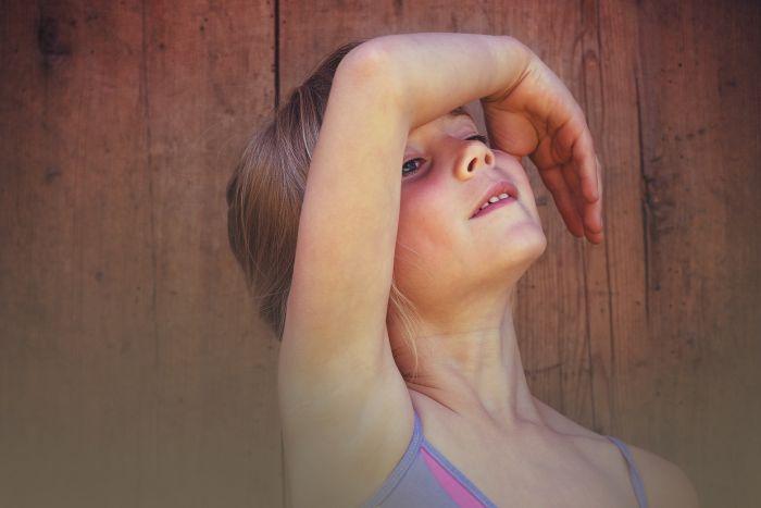 fetita care danseaza intr-o sala de balet