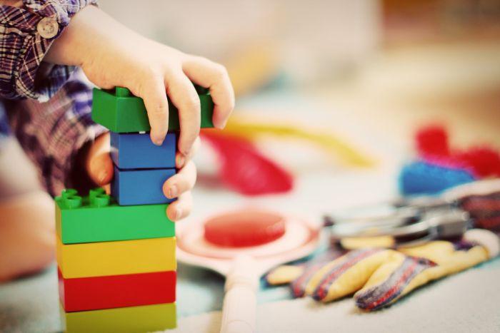 copil care se joaca cu cuburile