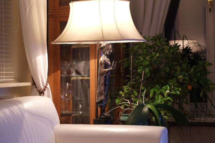 lampadar in livingroom langa un fotoliu