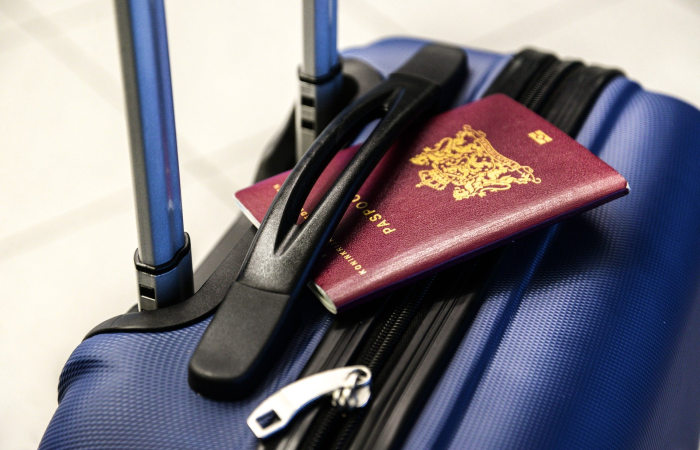 geamantan albastru si pasaport