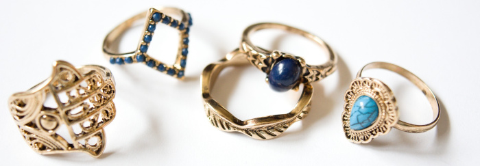 trei inele din aur cu pietre pretioase