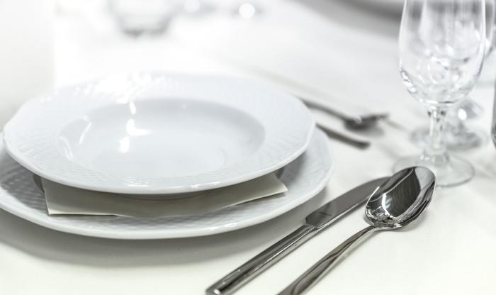 Farfurie de supa langa tacamuri si un pahar de cristal