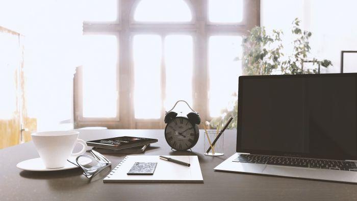 În camera birou de acasă trebuie să existe o masă de lucru de dimensiuni generoase