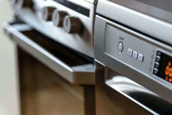 Aparatură electrocasnică într-o bucătărie lungă și îngustă