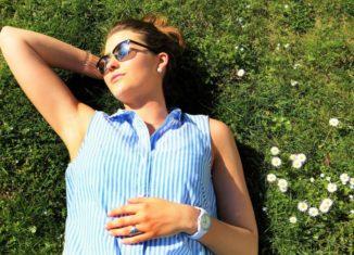 Femeie care stă întinsă în iarbă la soare