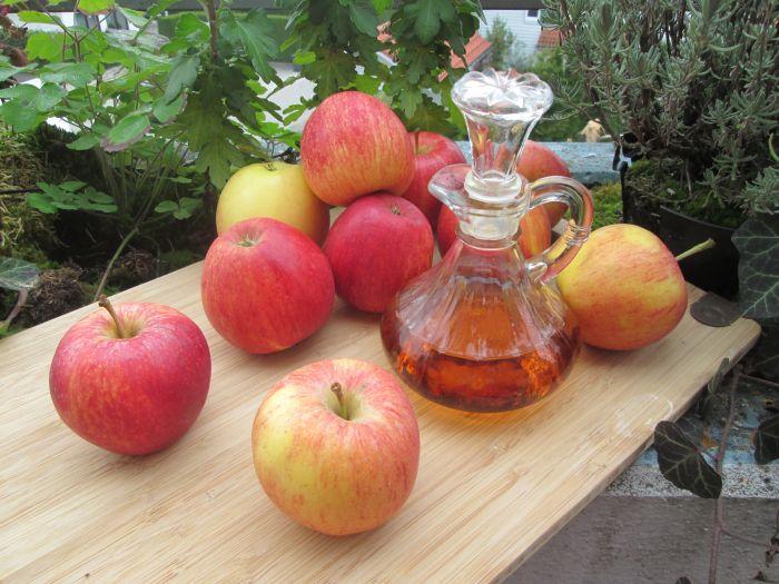 Oțetul de mere se numără printre remediile naturiste împotriva mătreții